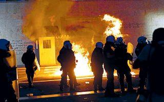 Επεισόδια προκάλεσε ομάδα ατόμων που βρισκόταν μπροστά στο Μνημείο του Αγνωστου Στρατιώτη, πετώντας μπουκάλια και καπνογόνα κατά των αστυνομικών (φωτ. INTIME NEWS).