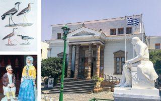 Η συλλογή της Δημόσιας Κεντρικής Ιστορικής Βιβλιοθήκης της Χίου «Κοραής» περιλαμβάνει 250.000 τόμους βιβλίων, ανάμεσα στους οποίους και την «Περιγραφή της Αιγύπτου» (πάνω αριστερά). Στον όροφο φιλοξενεί λαογραφική έκθεση και πινακοθήκη.