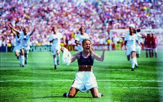 H Μπράντι Τσάστεϊν έχει μόλις πετύχει το νικητήριο γκολ των ΗΠΑ στον τελικό εναντίον της Κίνας  το 1999 και πανηγυρίζει αποκαλύπτοντας το αθλητικό της σουτιέν. Φωτ. © Robert Beck/ SportsIllustrated via Getty Images/ Ideal Image