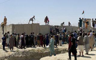 Χάος επικράτησε στο αεροδρόμιο και στους δρόμους μετά την κατάρρευση των κυβερνητικών δυνάμεων στο Αφγανιστάν (φωτ.  EPA/STRINGER).