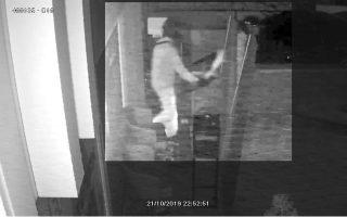 Φωτογραφία από κλειστό κύκλωμα παρακολούθησης που είχε καταγράψει τη ληστεία στο κατάστημα ΟΠΑΠ Play στον Χολαργό τον Οκτώβριο του 2019.