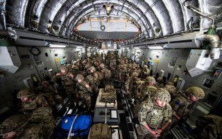 Βρετανοί στρατιώτες σπεύδουν στο αεροδρόμιο της Καμπούλ για να διασφαλίσουν την αποχώρηση των διπλωματικών αποστολών (φωτ.: Reuters).