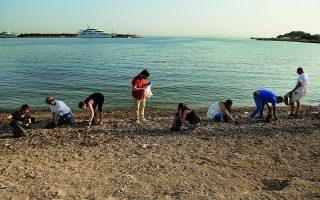 Αυτή τη στιγμή, ήδη 73 ομάδες έχουν υιοθετήσει ογδόντα δύο παραλίες σε όλη την Ελλάδα και έχουν γίνει περισσότεροι από 50 καθαρισμοί-καταμετρήσεις-καταγραφές..  Φωτ. ΒΑΓΓΕΛΗΣ ΖΑΒΟΣ