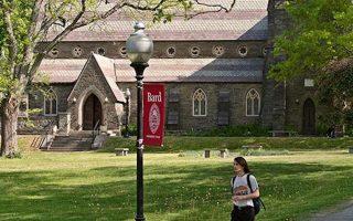 Το μικρό πανεπιστήμιο των 2.500 φοιτητών βόρεια της Νέας Υόρκης προσπαθεί να προσφύγει κατά της απόφασης της Ρωσίας. «Το Bard αδικήθηκε, δεν υπήρξε η παραμικρή παραβίαση των κανόνων», λέει ο πρόεδρος του ιδρύματος Λίον Μπότσταϊν.