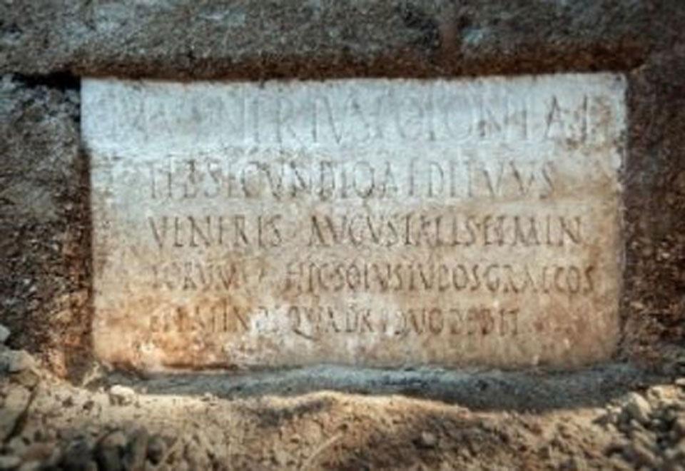 archaiologiki-anakalypsi-stin-pompiia-anevainan-theatrikes-parastaseis-sta-ellinika2