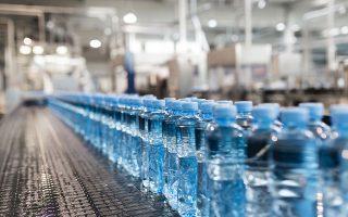Η κατανάλωση εμφιαλωμένου νερού έχει αυξηθεί κατακόρυφα τα τελευταία χρόνια σε ολόκληρο τον κόσμο (φωτ. SHUTTERSTOCK).