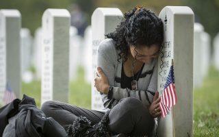 Σε αυτήν τη φωτογραφία αρχείου η Thania Sayne θρηνεί για τον χαμό του συζύγου της στο Αφγανιστάν. Ήταν τεσσάρων μηνών έγκυος στο δεύτερο παιδί τους όταν εκείνος σκοτώθηκε στην επαρχία Κανταχάρ. Φωτ. Associated Press