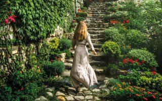 Βόλτα σε έναν καταπράσινο κήπο στο Μελένικο, κορυφαίο προορισμό για τους λάτρεις του κρασιού. (Φωτογραφίες: Περικλής Μεράκος)