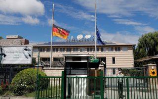 Οι σημαίες της Γερμανίας και της Ευρωπαϊκής Ένωσης κυματίζουν μεσίστιες στην πρεσβεία της χώρας στο Πεκίνο (Φωτ. Reuters)