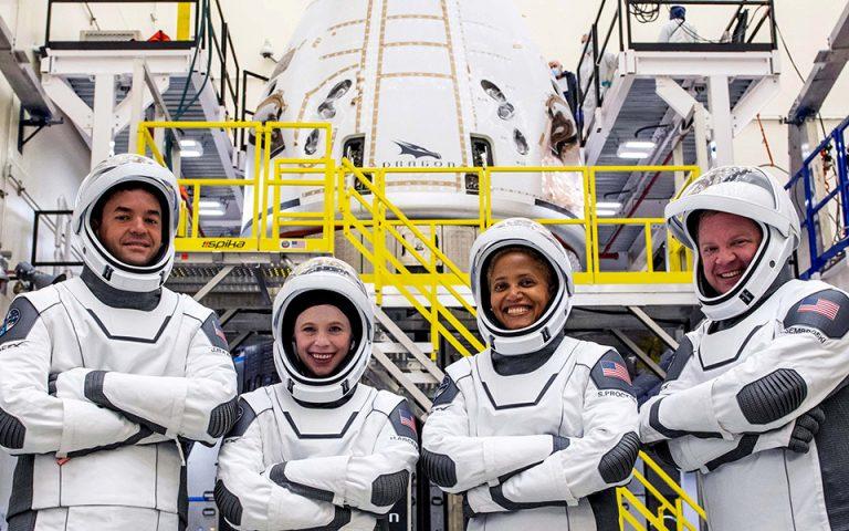 spacex-poioi-einai-oi-tesseris-toyristes-toy-diastimatos-561501370