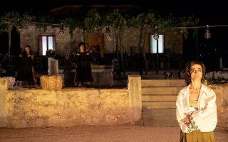 Η παράσταση «Γάλα, αίμα» παρουσιάζεται στο Θέατρο Πέτρας.