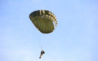 Ο αρχηγός ΓΕΕΘΑ, στρατηγός Κωνσταντίνος Φλώρος συμμετείχε χθες σε θαλάσσιο άλμα στατικού ιμάντα από ελικόπτερο Σινούκ.