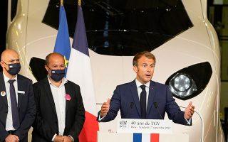 Τον εορτασμό για την επέτειο της υπερταχείας αμαξοστοιχίας - συμβόλου τίμησε με την παρουσία του ο Γάλλος πρόεδρος Εμανουέλ Μακρόν σε ειδική τελετή στον σταθμό «Γκαρ ντε Λυών», στο Παρίσι (φωτ. A.P. Photo/Michel Euler, Pool).