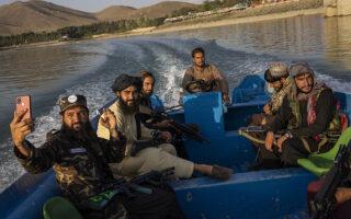 Αντάρτες Ταλιμπάν έχουν βγει... τσάρκα με τη βάρκα (φωτ. AP Photo/Bernat Armangue).