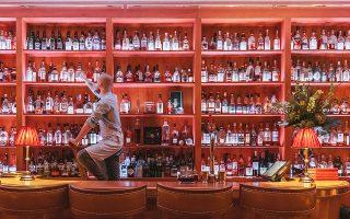 Στο περίφημο The Quaich Bar του Craigellachie Hotel σας περιμένουν πάνω από 1.000 ετικέτες ουίσκι.  Φωτ. Till Britze Photography
