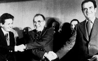 Μάρτιος 1977. Συνάντηση των Ενρίκο Μπερλινγκουέρ (αριστερά), Σαντιάγο Καρίγιο (στη μέση) και Ζορζ Μαρσέ, γ.γ. των κομμουνιστικών κομμάτων Ιταλίας, Ισπανίας και Γαλλίας, αντίστοιχα, στα γραφεία του Κ.Κ. Ισπανίας. Μετά τις συνομιλίες οι τρεις ηγέτες εκδίδουν κοινή διακήρυξη. Φωτ. ASSOCIATED PRESS