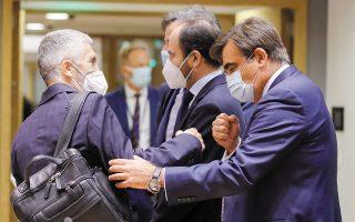 O Iσπανός υπουργός Εσωτερικών Φερνάντο Γκράντε Μαρλάσκα (αριστερά) χαιρετάει τον επίτροπο αρμόδιο για τη διατήρηση του ευρωπαϊκού τρόπου ζωής, Μαργαρίτη Σχοινά (δεξιά), λίγο πριν από την έναρξη του χθεσινού συμβουλίου (φωτ. EPA).
