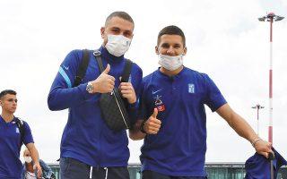 Παπαδόπουλος και Τζόλης χαμογελούν στον φακό κατά τη χθεσινή άφιξη της Εθνικής στην Ελβετία (φωτ. INTIMENEWS).