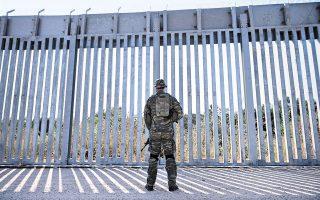 Στη φωτογραφία, Ελληνας στρατιώτης περιπολεί στον φράχτη του Εβρου (φωτ. EPA / DIMITRIS ALEXOUDIS).