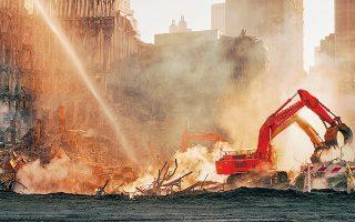 Ο Γερμανός σκηνοθέτης βρέθηκε στη Νέα Υόρκη στις 8 Νοεμβρίου του 2001 φωτογραφίζοντας μέσα στα συντρίμμια του Παγκόσμιου Κέντρου Εμπορίου (φωτ. © Wim Wenders).