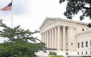 Το κορυφαίο όργανο της αμερικανικής Δικαιοσύνης διχάστηκε επί του ζητήματος, καθώς τέσσερα από τα εννέα μέλη του εναντιώθηκαν στον νόμο (φωτ. REUTERS).