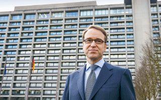 Ο πλέον επιθετικός από τους «ιέρακες» της ΕΚΤ, ο επικεφαλής της γερμανικής Bundesbank Γενς Βάιντμαν, έσπευσε να τονίσει πως «πρέπει να προσέξουμε τους κινδύνους από τις αυξήσεις των τιμών» και τάχθηκε υπέρ της σταδιακής μείωσης του προγράμματος αγορών ομολόγων ύψους 1,85 τρισ. ευρώ (φωτ. AP).