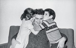 Ο Μίκης Θεοδωράκης με τα δύο του παιδιά, τη Μαργαρίτα και τον Γιώργο, στην αγκαλιά του (φωτ. A.P.).