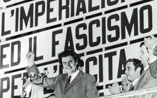 27 Μαΐου 1970. Ο Μίκης Θεοδωράκης μιλάει σε συγκέντρωση του Κομμουνιστικού Κόμματος Ιταλίας. Ηταν λαμπρός πολίτης του κόσμου. Φωτ. ASSOCIATED PRESS