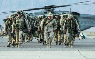Αμερικανοί πεζοναύτες, στις 2 Ιανουαρίου 2002, μόλις έχουν επιστρέψει στο αεροδρόμιο της Κανταχάρ έπειτα από αποστολή κατά των Ταλιμπάν. Φωτ. EPA / AFPI / MARINE CORP TIMES / ROB CURTIS
