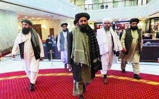 Τα ηνία της νέας κυβέρνησης στην Καμπούλ θα αναλάβει ο επικεφαλής του πολιτικού τμήματος των Ταλιμπάν, Αμπντούλ Γάνι Μπαραντάρ (κέντρο), ο οποίος ηγείται της πιο πραγματιστικής πτέρυγας των Ταλιμπάν. Φωτ. EPA / ALEXANDER ZEMLIANICHENKO