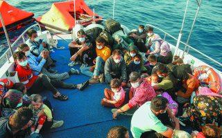 Σε 5 έως 8 ανέρχονται κατά μέσο όρο οι βάρκες με πρόσφυγες και μετανάστες που επιχειρούν καθημερινά να προσεγγίσουν τις ακτές της Σάμου, της Χίου και της Μυτιλήνης.  Φωτ. AP Photo/Emrah Gurel