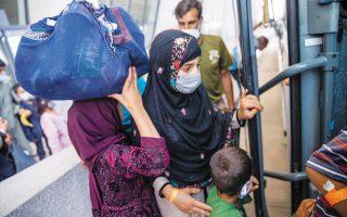 Aφγανοί πρόσφυγες που έχουν μόλις αφιχθεί στην Ουάσιγκτον (φωτ. EPA).