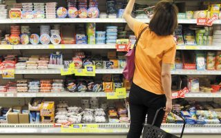 Στην Ελλάδα κάποια τρόφιμα επιβαρύνονται με ΦΠΑ 13% και κάποια με 24%, με τη χώρα μας να έχει τον έκτο υψηλότερο ΦΠΑ σε τρόφιμα στην Ε.Ε. (φωτ. ΑΠΕ)