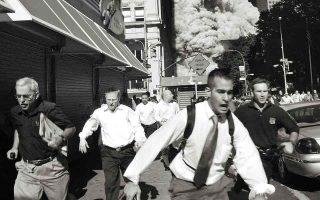 Ανθρωποι τρέχουν πανικόβλητοι. Ενας από τους Δίδυμους Πύργους μόλις έχει καταρρεύσει. Η Νέα Υόρκη πληγώθηκε βαθιά, όμως δεν έχασε την ψυχή της. (Φωτ. A.P./Suzanne Plunkett)