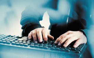 Τα στελέχη της Δίωξης Ηλεκτρονικού Εγκλήματος εντόπισαν τα ψηφιακά ίχνη των αποστολέων και ταυτοποίησαν τα άτομα που διακίνησαν τα μηνύματα (φωτ. SHUTTERSTOCK).