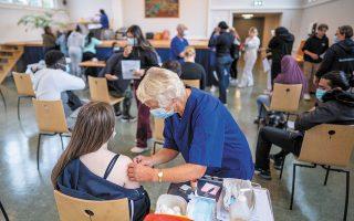 Στη Βρετανία, όπου έχουν εμβολιασθεί 47 εκατ. γυναίκες, οι καταγεγραμμένες διαταραχές του κύκλου μετά τους εμβολιασμούς είναι 33.221 (φωτ. EPA).