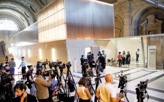 Δεκάδες δημοσιογράφοι σε δικαστήριο του Παρισιού στέλνουν τα ρεπορτάζ τους για τη δίκη εις βάρος είκοσι κατηγορουμένων που ενέχονται στις επιθέσεις στη γαλλική πρωτεύουσα τον Νοέμβριο του 2015. Η πολύκροτη δίκη άρχισε χθες και αναμένεται να διαρκέσει μέχρι τον προσεχή Μάιο (φωτ. REUTERS / Gonzalo Fuentes).