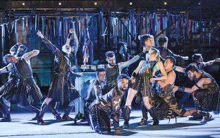 Ο Χορός των «Ιππέων» από την παράσταση του Εθνικού Θεάτρου, με κορυφαίους τη Στεφανία Γουλιώτη, τον Κωνσταντίνο Μπιμπή και τον Γιάννη Χαρίση (φωτ. ΠΑΤΡΟΚΛΟΣ ΣΚΑΦΙΔΑΣ).