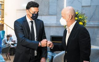 Ο υπουργός Τουρισμού Βασίλης Κικίλιας με τον πρόεδρο του Συνδέσμου Ελληνικών Τουριστικών Επιχειρήσεων Γιάννη Ρέτσο.