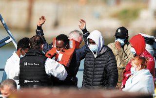 Πρόσφυγες που διασώθηκαν από Βρετανούς συνοριοφύλακες στη Μάγχη περνούν από έλεγχο στο Ντόβερ (φωτ. REUTERS).