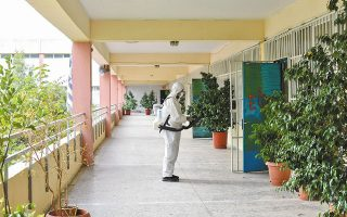 Στην τελική ευθεία για το πρώτο κουδούνι της νέας σχολικής χρονιάς την προσεχή Δευτέρα. Εκτός από την απολύμανση των χώρων, σημαντικός παράγοντας για την ασφαλή λειτουργία των σχολικών μονάδων είναι η τήρηση των πρωτοκόλλων του ΕΟΔΥ και ο εμβολιασμός των εφήβων (φωτ. ΑΠΕ-ΜΠΕ / ΔΗΜΟΣ ΑΘΗΝΑΙΩΝ).