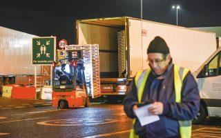 Η μαζική έξοδος από τη Βρετανία των 100.000 Ευρωπαίων μεταναστών, που δούλευαν πίσω από το τιμόνι με μισθό της πείνας, προκάλεσε μεγάλα προβλήματα στην εφοδιαστική αλυσίδα. (Φωτ. ASSOCIATED PRESS)