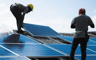 Τα έργα στις ΑΠΕ που εντάχθηκαν στο καθεστώς στρατηγικών επενδύσεων αφορούν κατά κύριο λόγο την κατασκευή φωτοβολταϊκών σταθμών παραγωγής ηλεκτρικής ενέργειας (φωτ. Reuters).