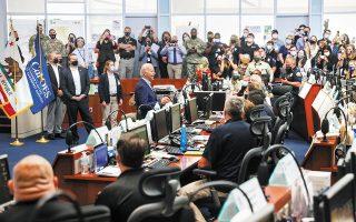 O Αμερικανός πρόεδρος Μπάιντεν στα γραφεία της υπηρεσίας πολιτικής προστασίας στην Καλιφόρνια, η οποία έχει πληγεί βαρύτατα από τις πυρκαγιές. «Δεν μπορούμε να αγνοήσουμε το γεγονός ότι οι πυρκαγιές αυτές ενισχύθηκαν από το φαινόμενο της κλιματικής αλλαγής», τόνισε ο κ. Μπάιντεν (φωτ. REUTERS / Leah Millis).