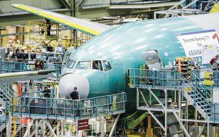 Η Boeing αναθεώρησε προς τα πάνω τις εκτιμήσεις της για τη ζήτηση των αεροσκαφών της. Η αμερικανική εταιρεία εκτιμά πως τα επόμενα 20 χρόνια θα παραδοθούν 43.610 εμπορικά αεροσκάφη, αξίας 7,2 τρισ. δολαρίων (φωτ. A.P.).
