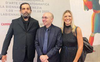 Ο σκηνοθέτης Τζουζέπε Τορνατόρε ανάμεσα στον Κώστα Παπακώστα και στη Βαλεντίνη Μαργαριτοπούλου του Συλλόγου, από την πρεμιέρα του ντοκιμαντέρ στη Μόστρα.