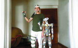 Το ρομπότ που κατασκεύασε ο 52χρονος Σαϊντουλάχ Καριμί αντιγράφει την παραμικρή κίνηση του δημιουργού του, ο οποίος δούλεψε γι' αυτό επί ένα χρόνο, σε μια προσπάθεια να διοχετεύσει κάπου τις γνώσεις του. Φωτ. ΝΙΚΟΣ ΚΟΚΚΑΛΙΑΣ