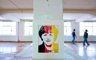 Μπορεί η ίδια η Μέρκελ να οργάνωσε μια γιορτή για τα γενέθλιά της που έμοιαζε με ακαδημαϊκό μάθημα, όμως τα εξήντα της χρόνια γιορτάστηκαν ποικιλοτρόπως στη Γερμανία. Η εφημερίδα Bild για παράδειγμα, διο-ργάνωσε μια έκθεση με 80 πορτρέτα της καγκελαρίου.  Φωτ. A.P. Photo / Jens Meyer