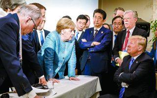 Μία από τις πιο εμβληματικές φωτογραφίες της Αγκελα Μέρκελ, η οποία μάλιστα δόθηκε από το γραφείο της καγκελαρίας, όπου φαίνεται να ηγείται των ηγετών που συμμετείχαν στο G7 του Καναδά, το 2018, «εναντίον» ενός «αμυντικού» στη στάση προέδρου Τραμπ. Φωτ. Jesco Denzel/German Federal Government via A.P., File
