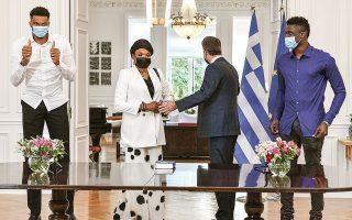 Την ορκωμοσία της Βερόνικα Νκεμ και του Εμέκα-Αλεξ τέλεσε ο υπουργός Εσωτερικών Μάκης Βορίδης (φωτ. INTIME NEWS).